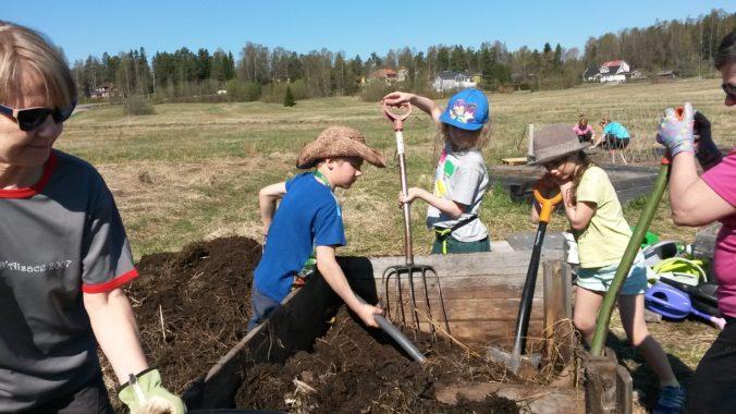 Kompostitalkoot viljelylavoilla 2016