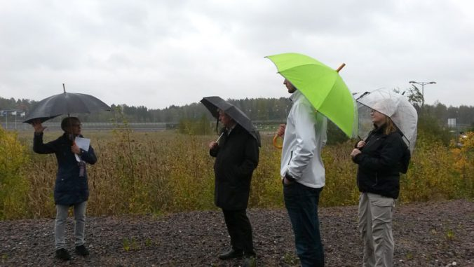 Päättäjiä 28.9.2016 kävelyllä Suurpellossa.
